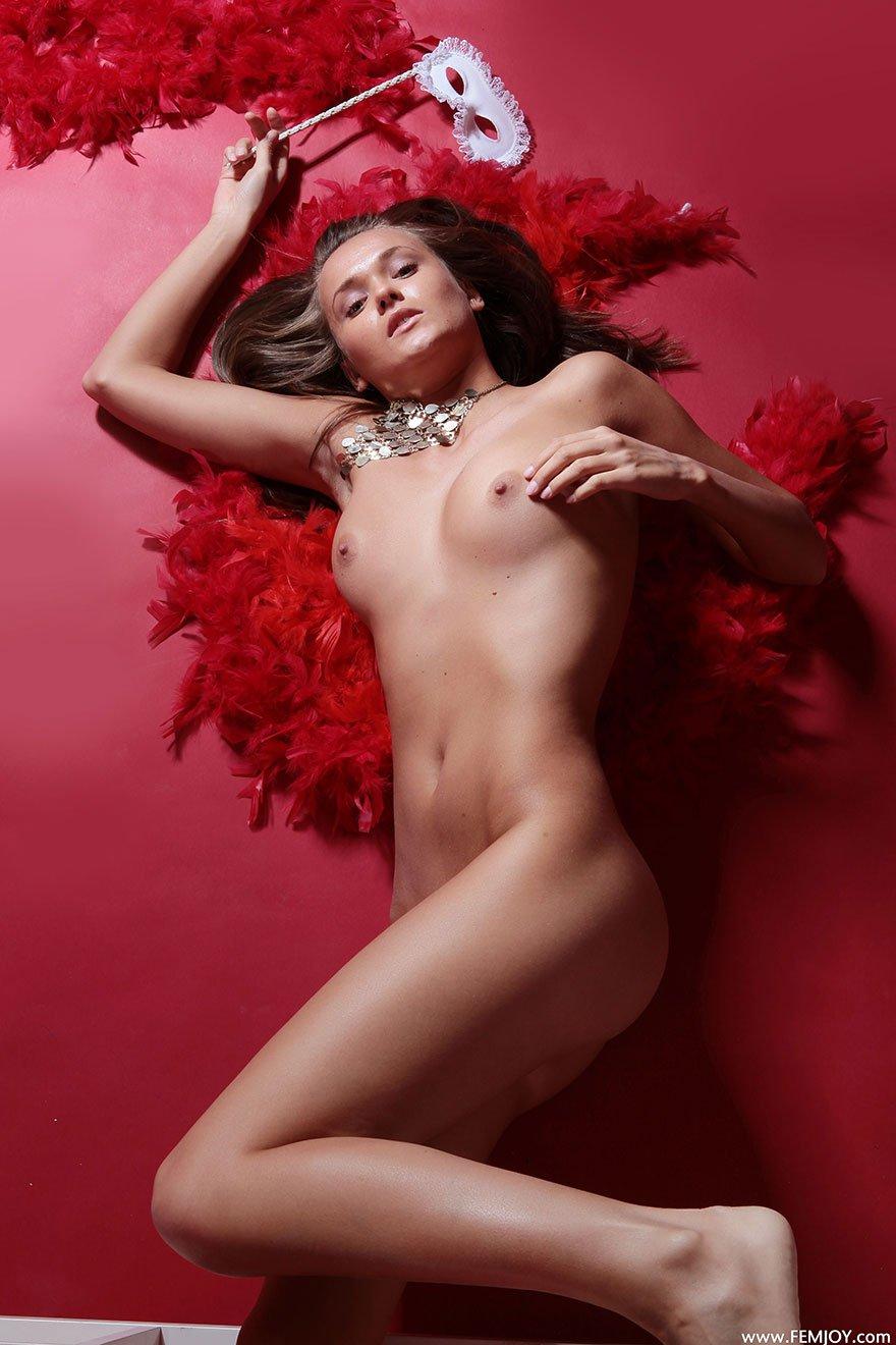 Молодая девушка с красным боа - фото эротика