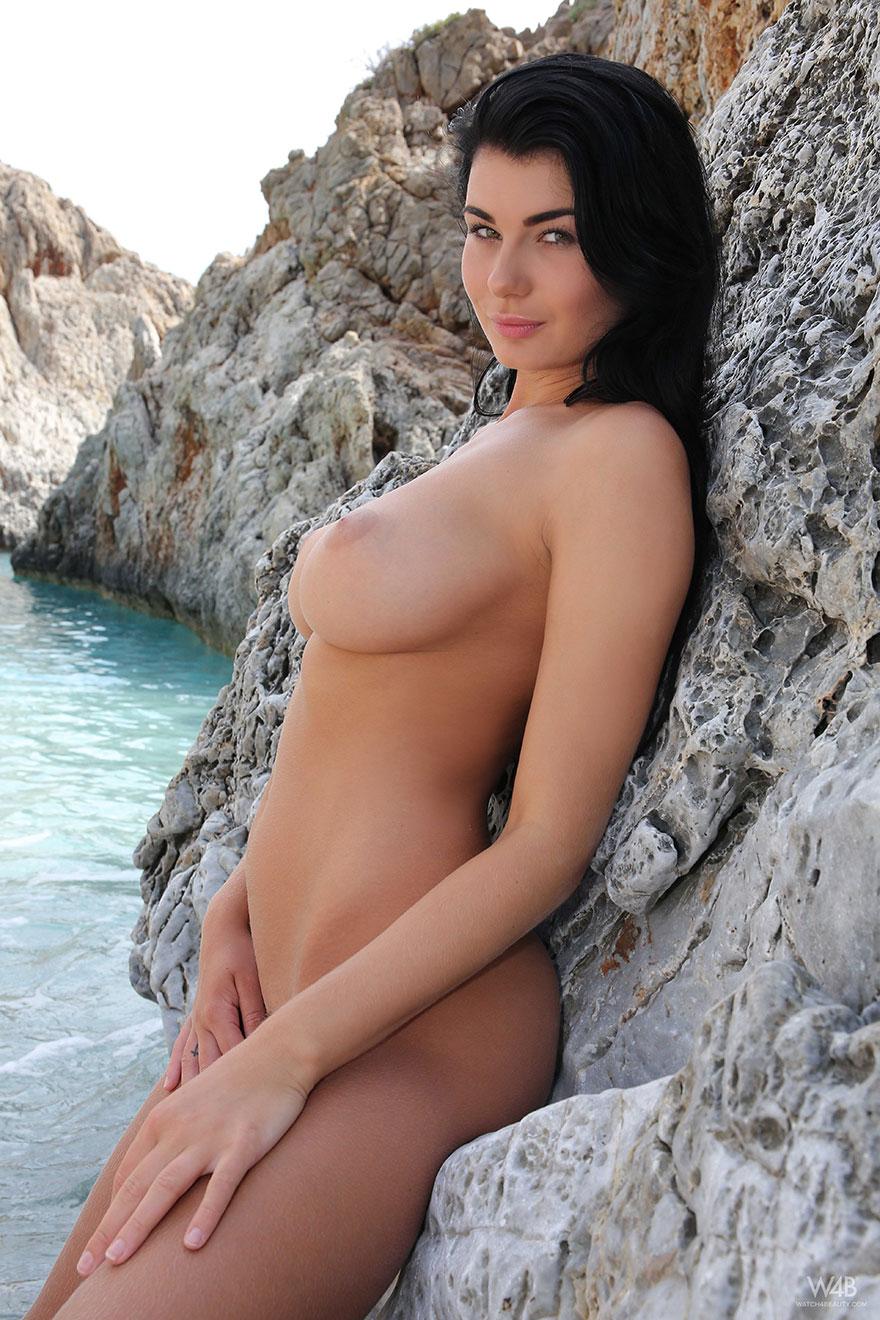 Фото грудастой брюнетки на море