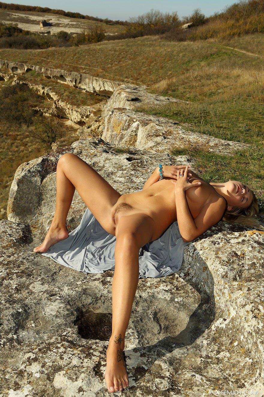 Фото смуглой блондиночки в горах
