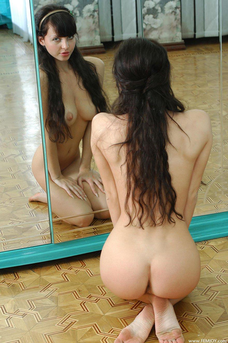 20-летняя леди с идеальными волосами перед крупным зеркалом