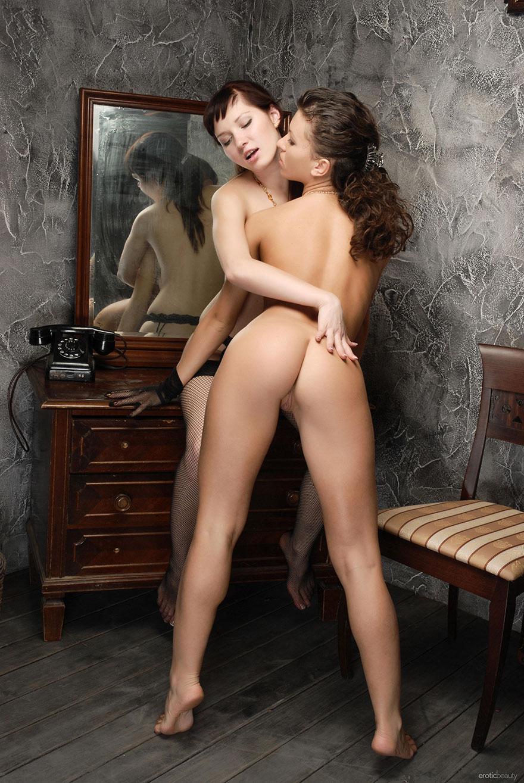 Две девушки в красивом белье - фото эротика