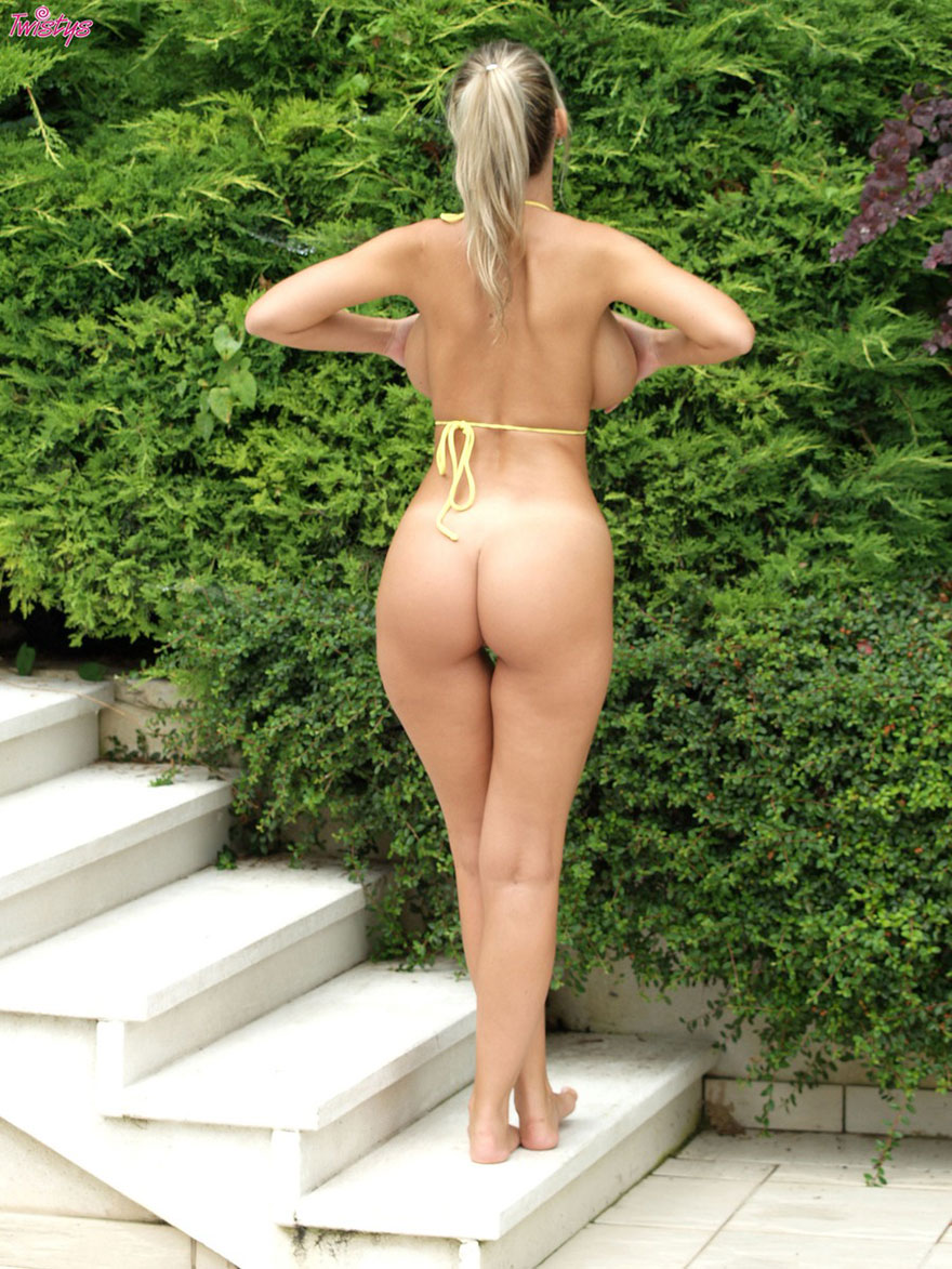 Фото сисястой бабы в желтом купальнике