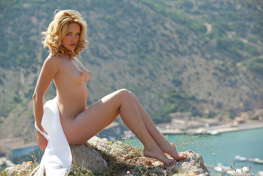 Эро картинки обнаженной блондинки на фоне залива