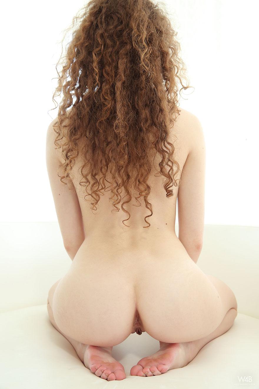 Обнаженная девушка с шикарными волосами