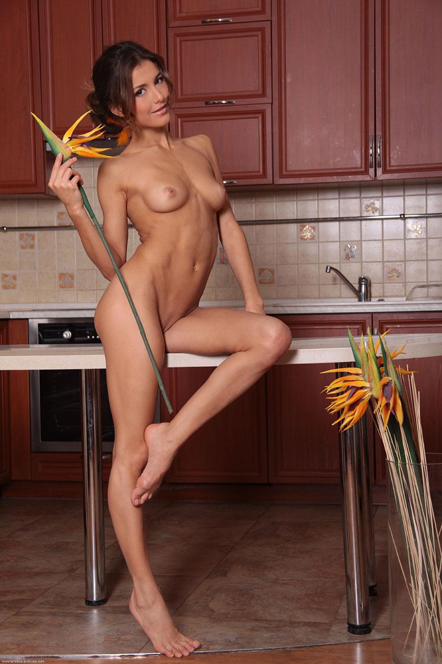 Эротические изображения Совершеннолетней супермодели с маленьким бюстом на кухне