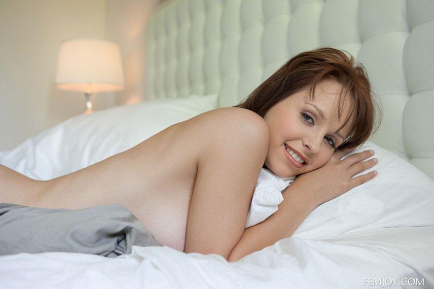 Фото соблазнительной шатенки в постели