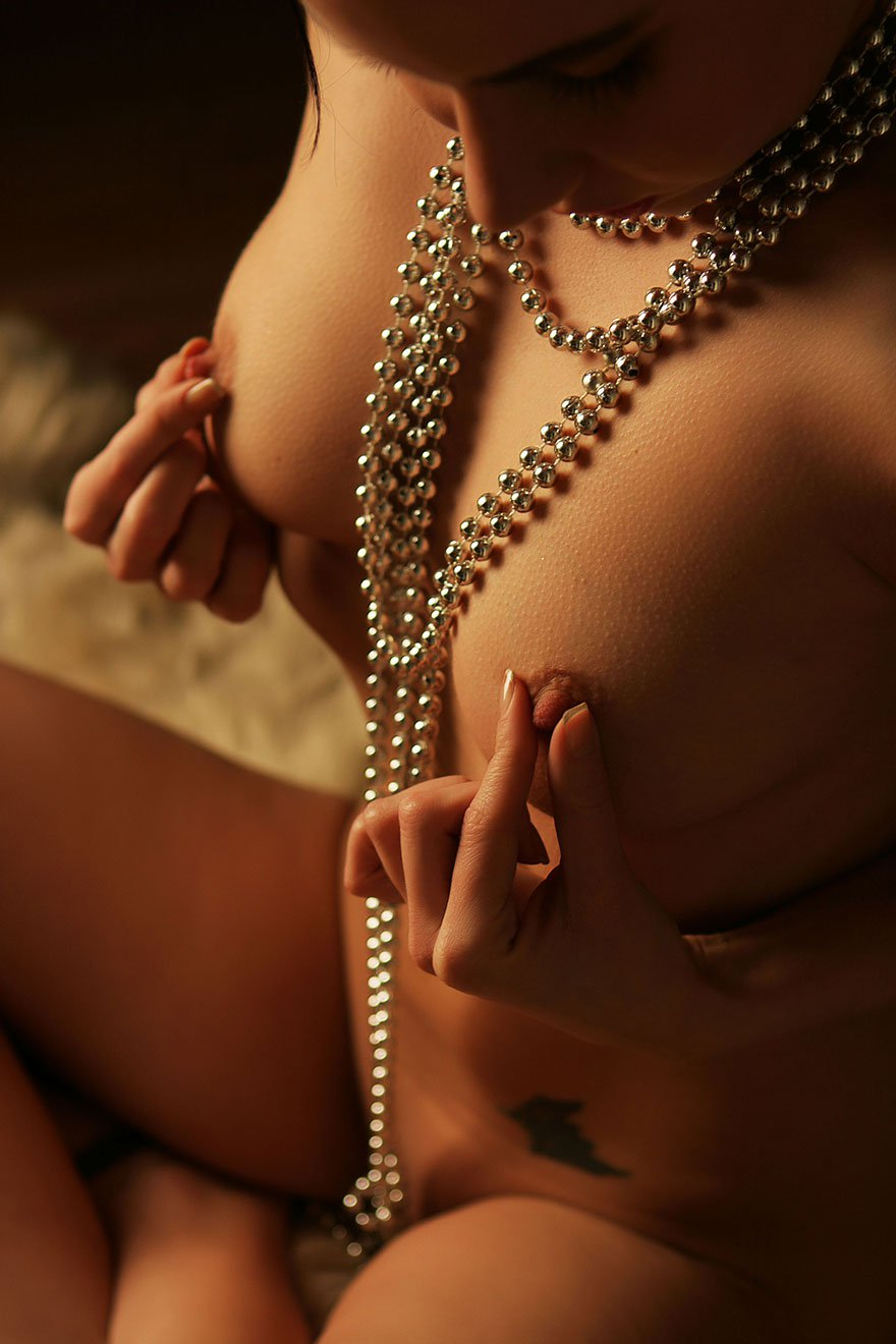 Эротические фото голой девушки с ниткой бус