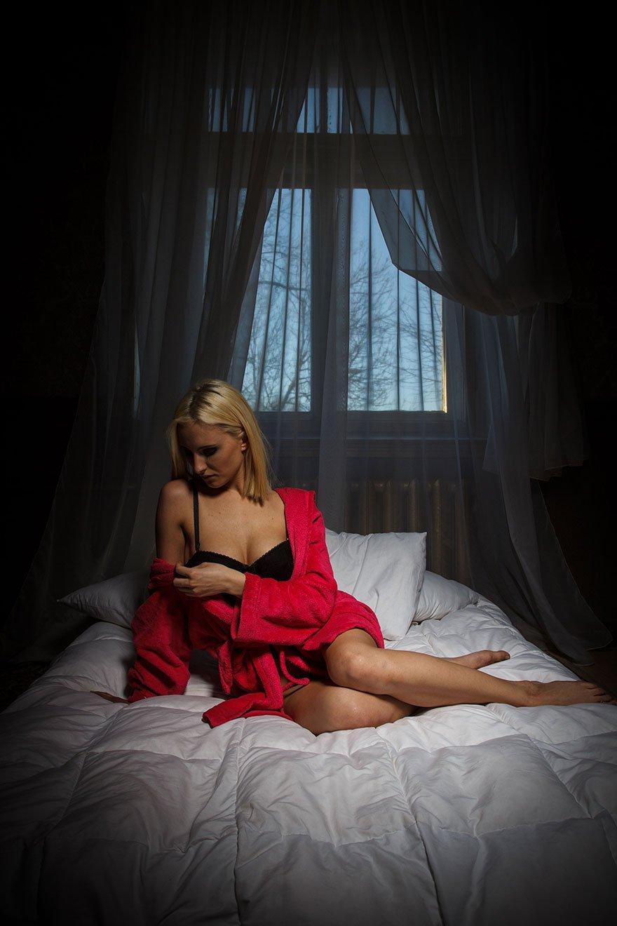 Блондинка показала влажную киску, лежа на кровати