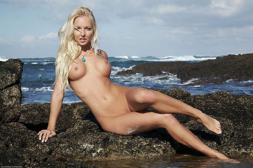Красивая эротика сексуальной блондинки на море