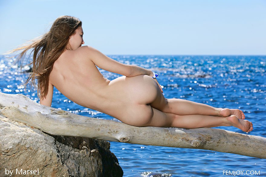Юная телка в полосатом купальнике красуется на камнях