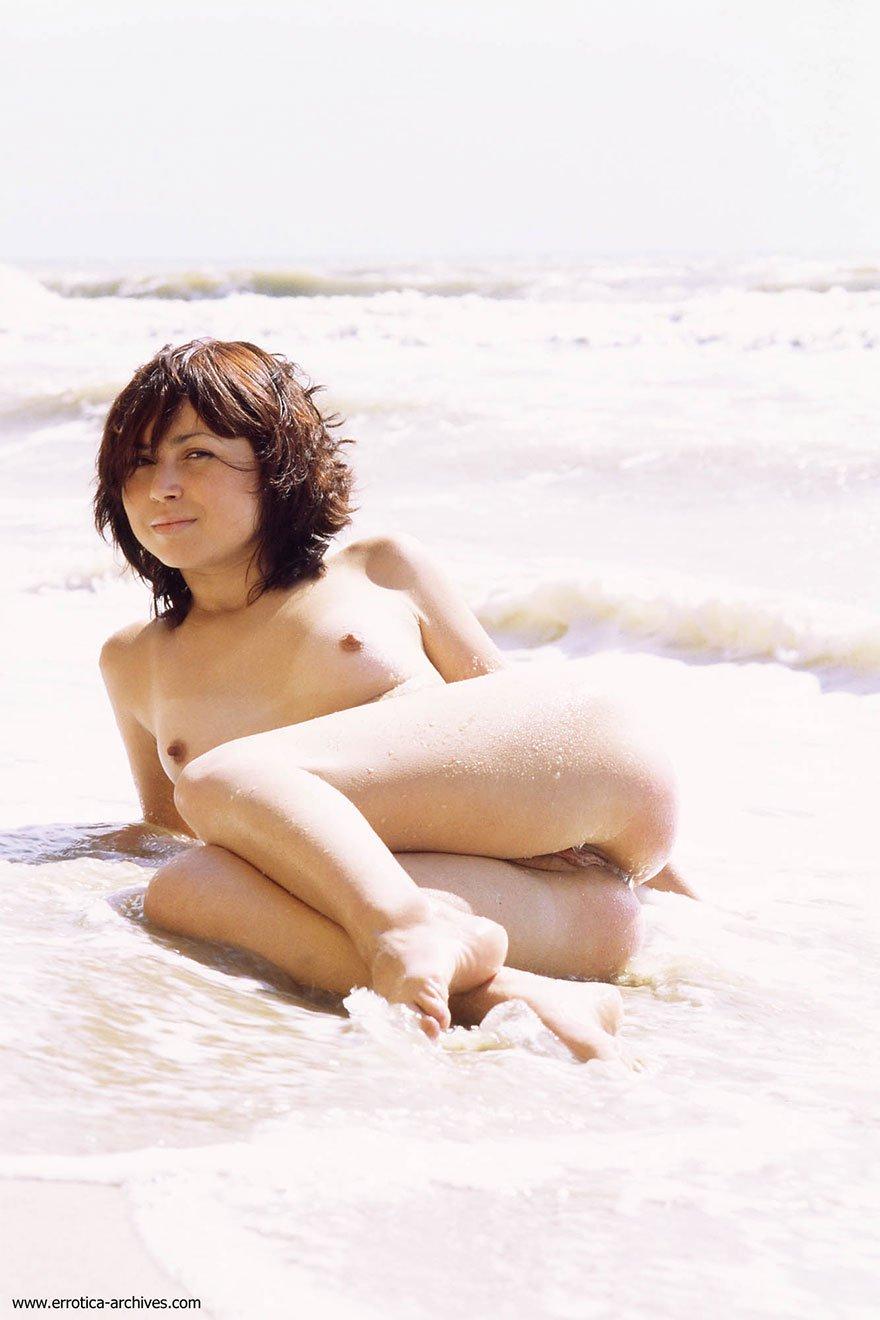 Голая девушка купается в море - фото ню
