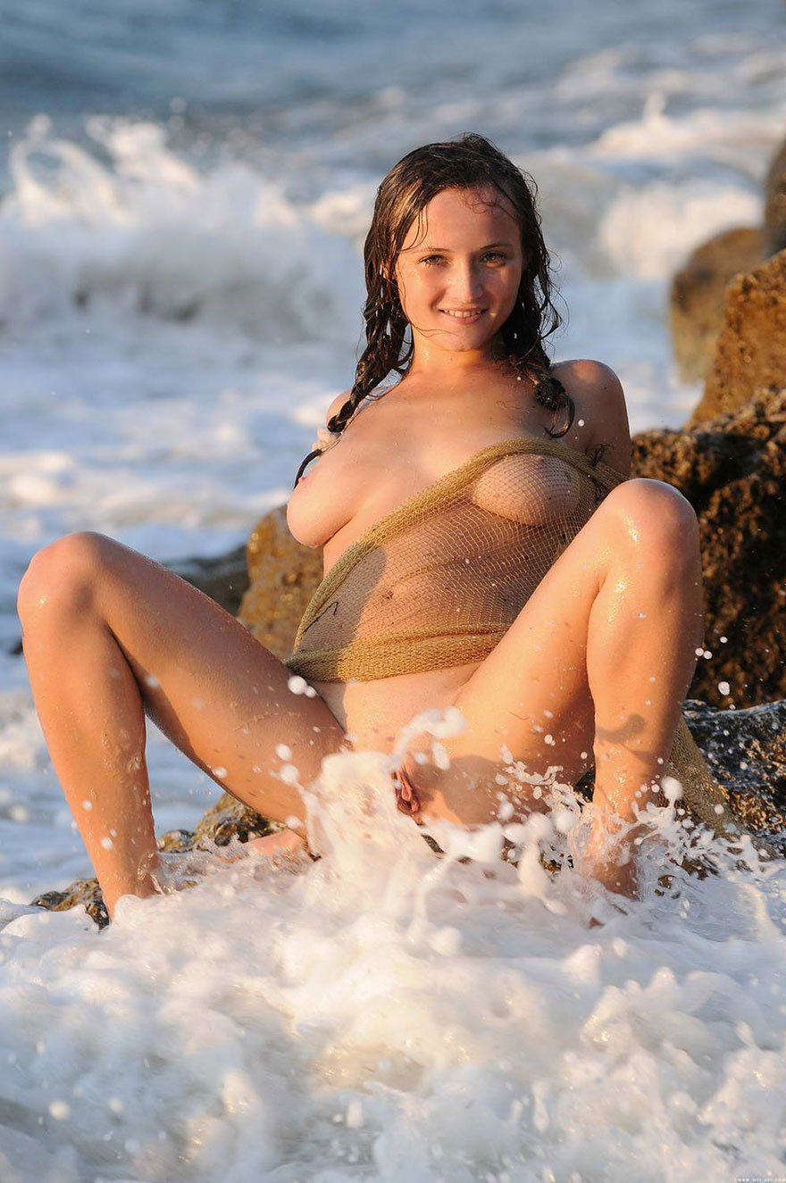 Молодая девушка с красивой грудью с рыболовной сетью