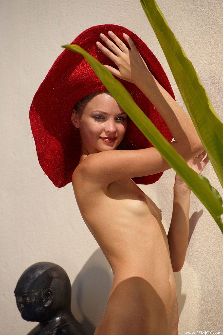 Эро фотки привлекательной девушки в красной шляпе с широкими полями смотреть эротику