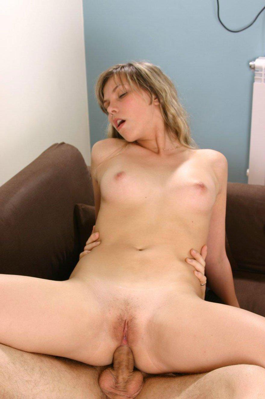Порно фото парочки на диване