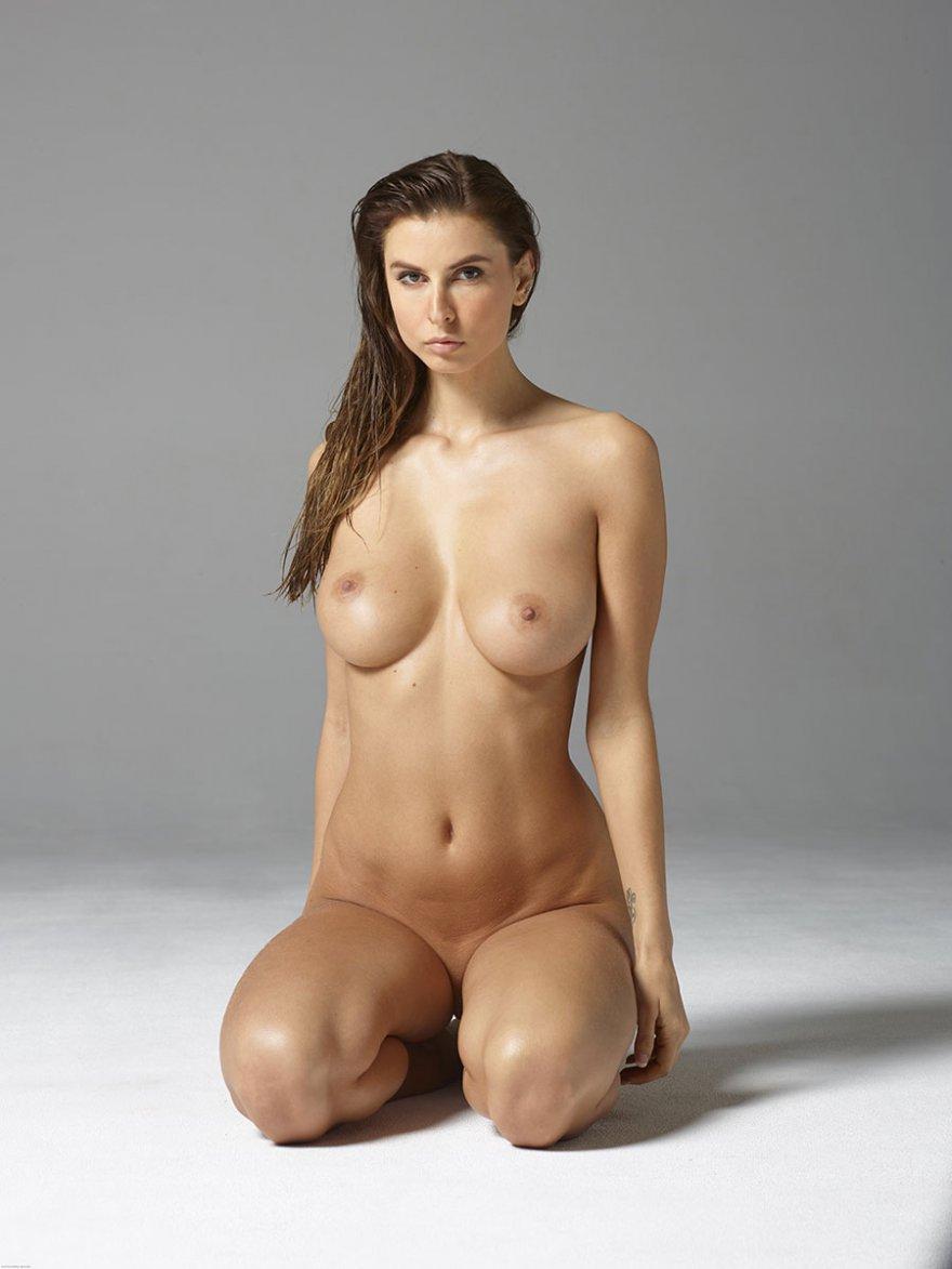 Голая шатенка с громадной грудью хвастается в студии секс фото