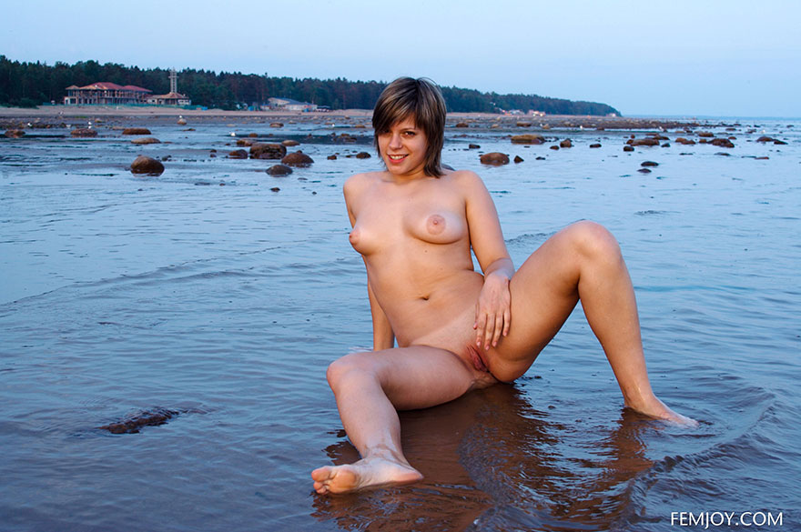 Блядь в море обнажила крупную попу