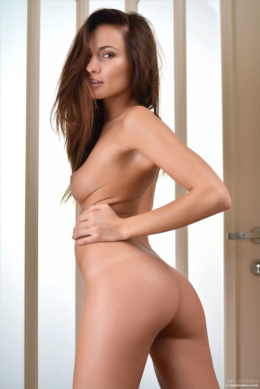 Нежная девушка в свитере на голое тело показала красивые ножки