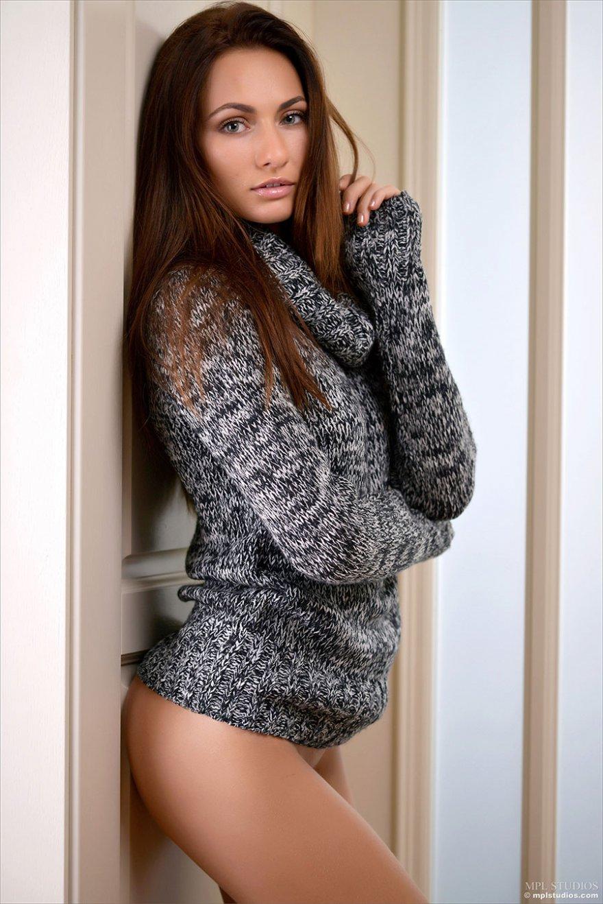 Девки голые под свитером фото 427-150