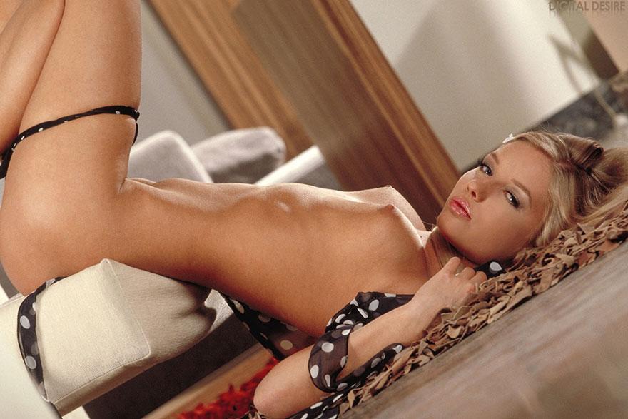 Фото эротика загорелой блондинки с пухлыми губками