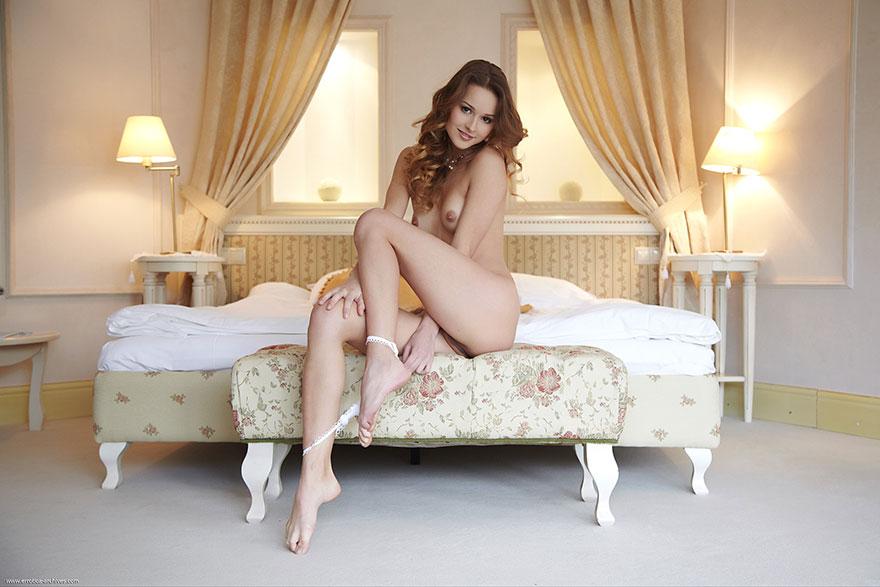 Эротические изображения ухоженной шатенки в спальне