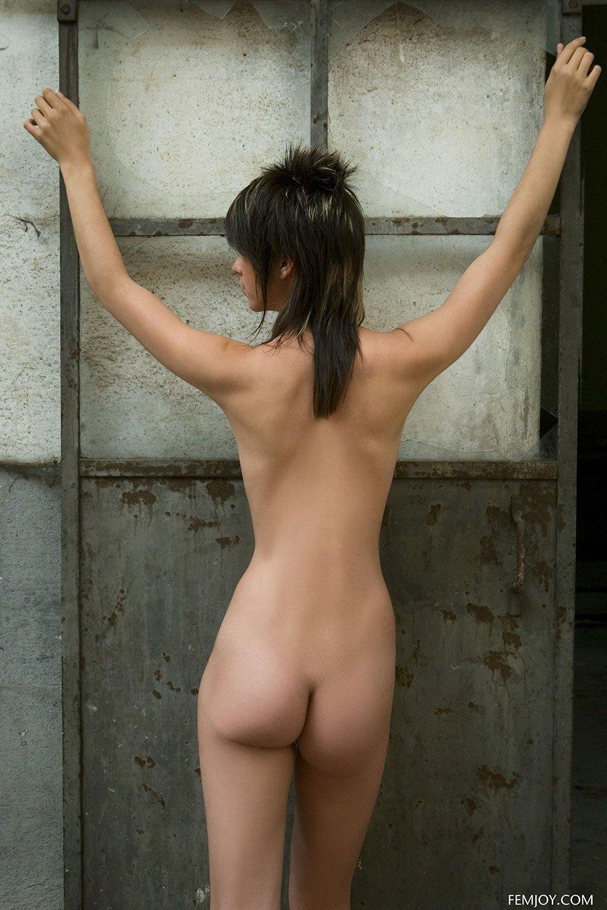 Эротические фотографии обнаженной 19-летней девки в заброшенном здании