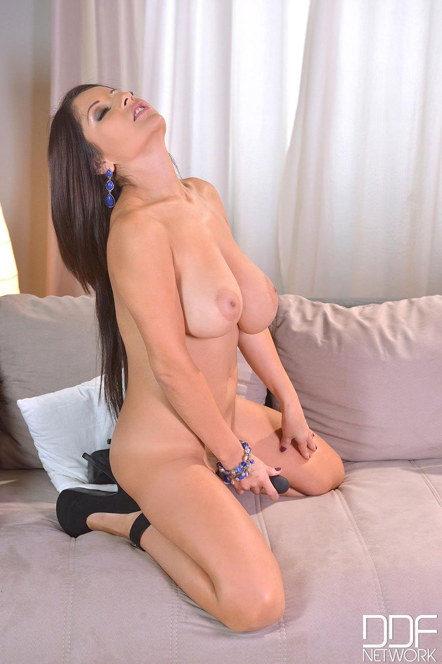 Дама с шикарной грудью дрочит на кушетке