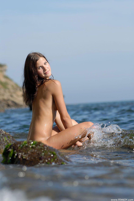 Фото Юной раздетой актрисы на море смотреть эротику