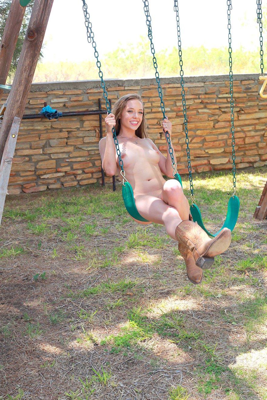 Эро фотки 19-летней голой бляди на детской площадке