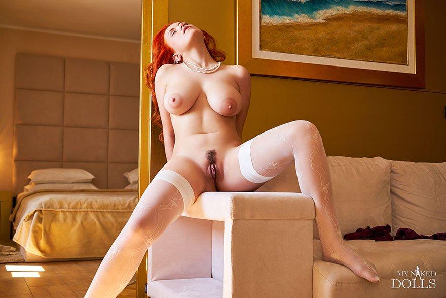 Фото эротика грудастой рыжей девушки в белых чулках