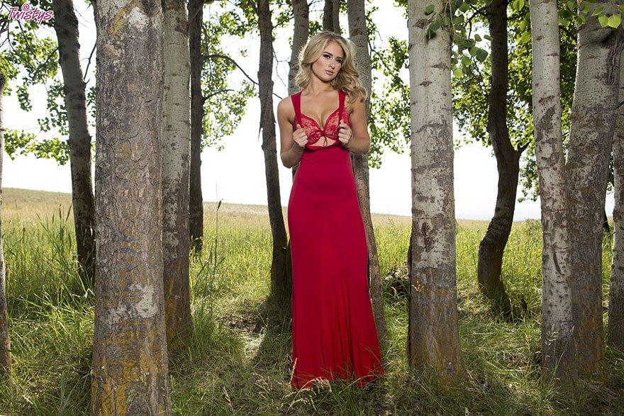 Красивая блондинка позирует на природе в красном белье