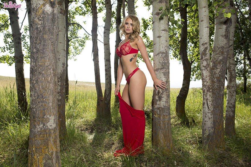 Супер симпатичная блондинка позирует на природе