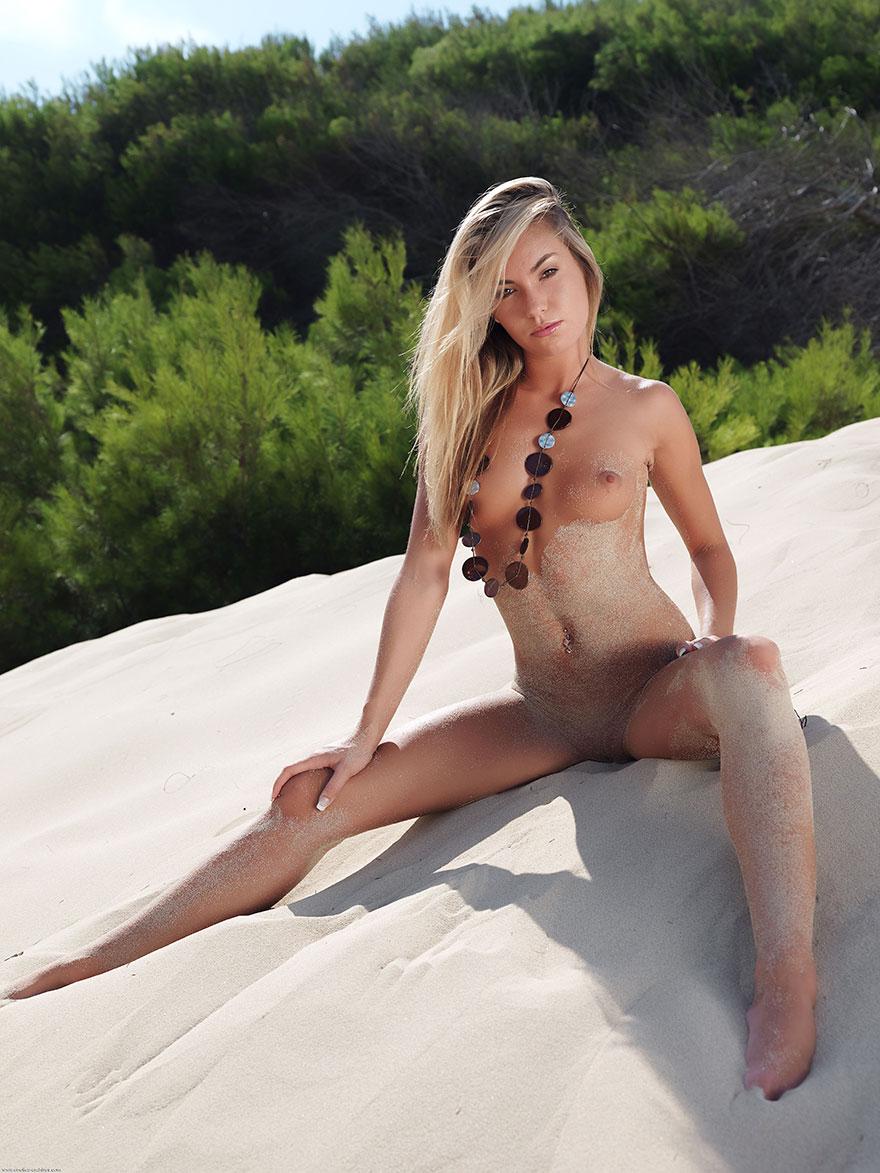 Фото эротики обнаженной сучки со свелыми волосами на светлом пляже