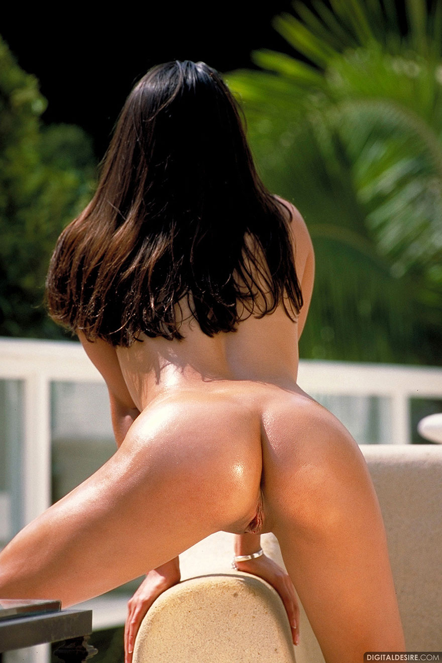 Модель с темными волосами снимает сарафан и выставляет напоказ загорелую попку смотреть эротику