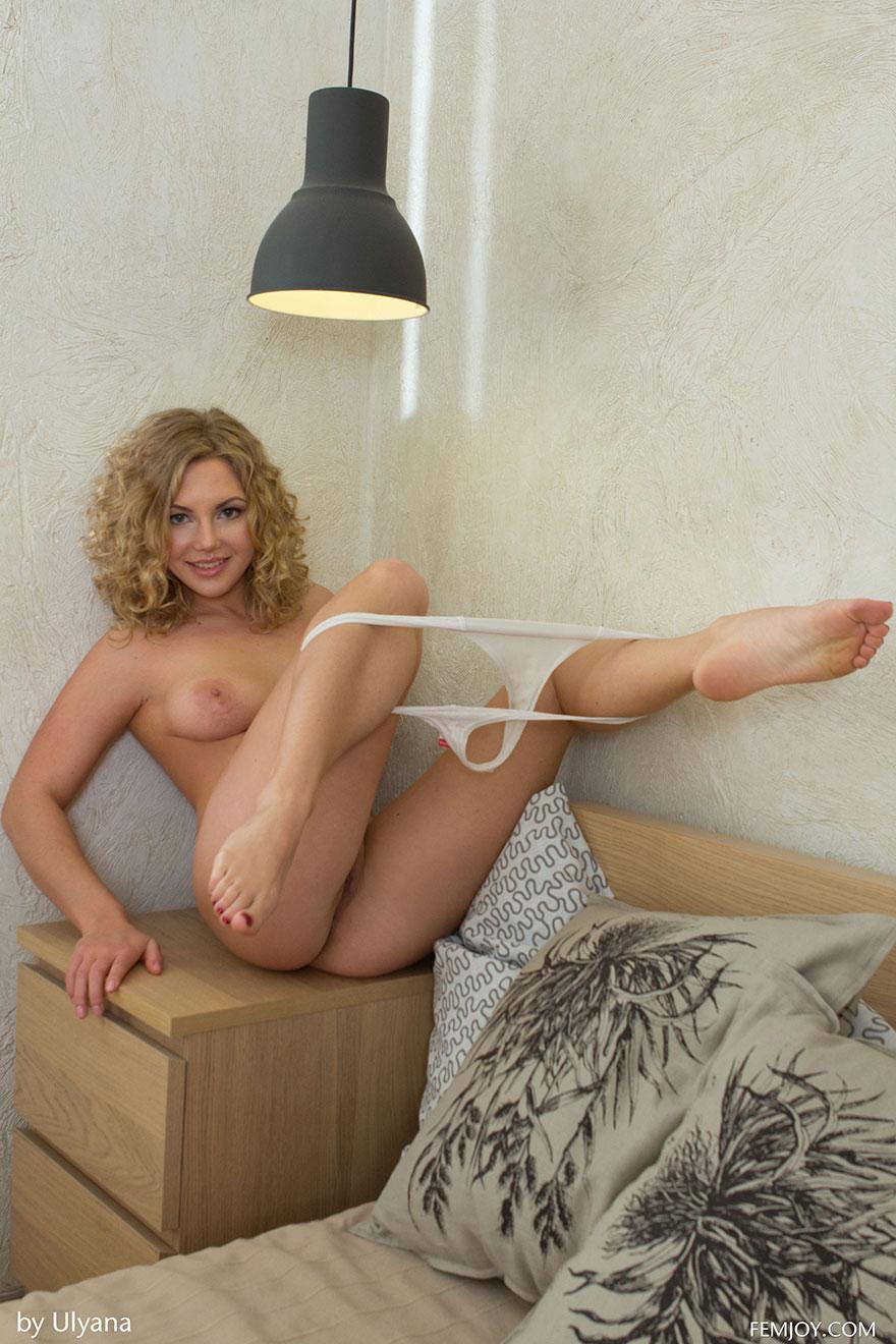 Снимках возбужденной блондиночки - баба снимает лифчик в постели