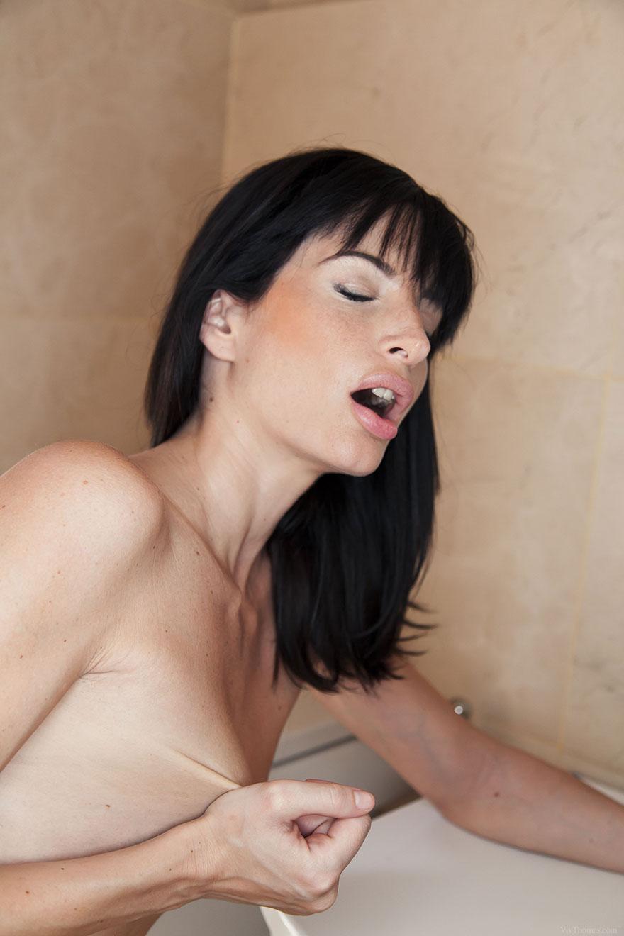 Две брюнетки целуются и ласкают тела друг друга в ванной