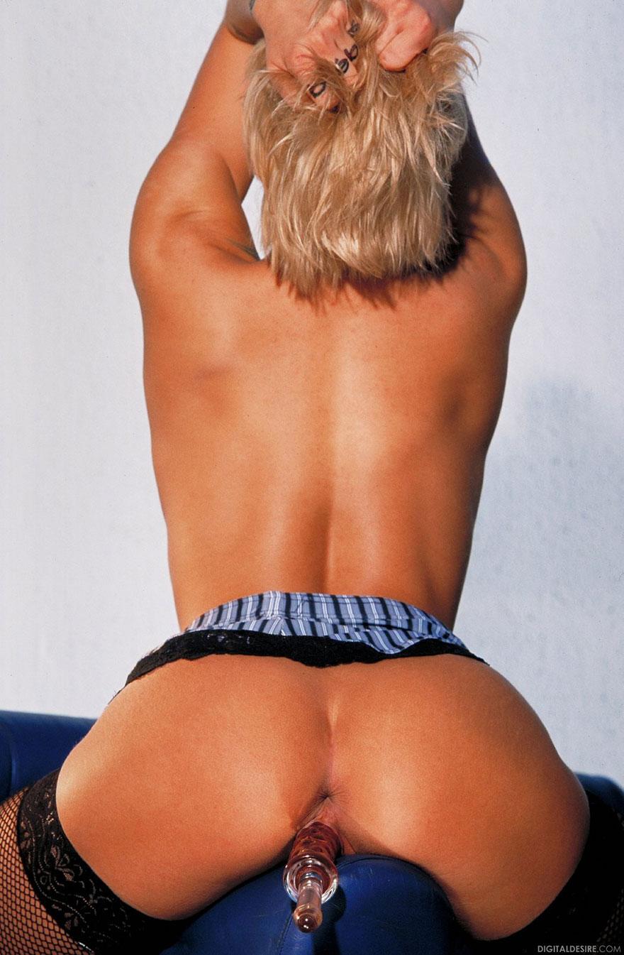 Блондинка с тату мастурбирует с фаллоимитатором
