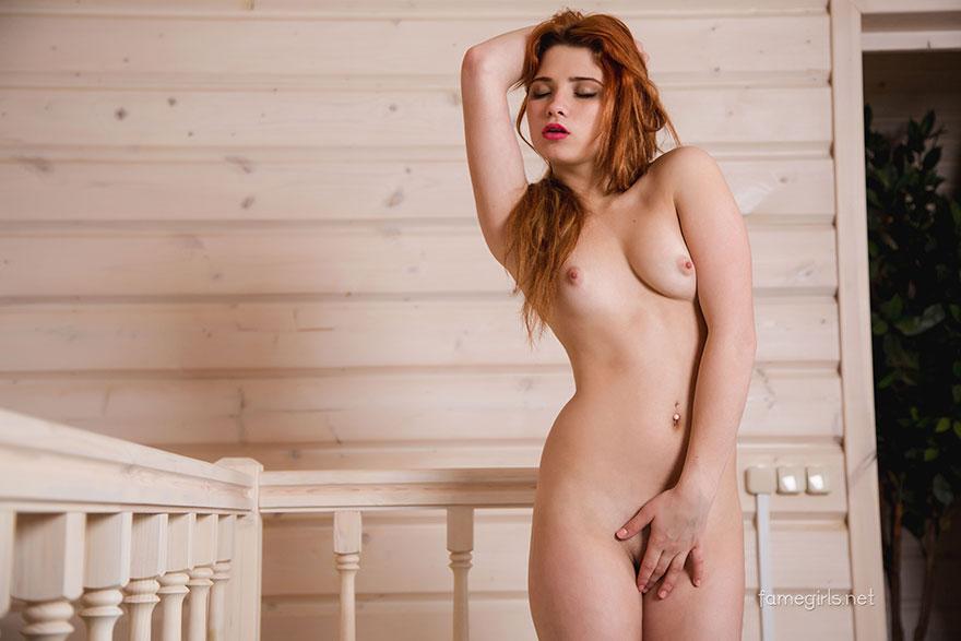 Рыженькая деваха с красными губами разделась на лестнице
