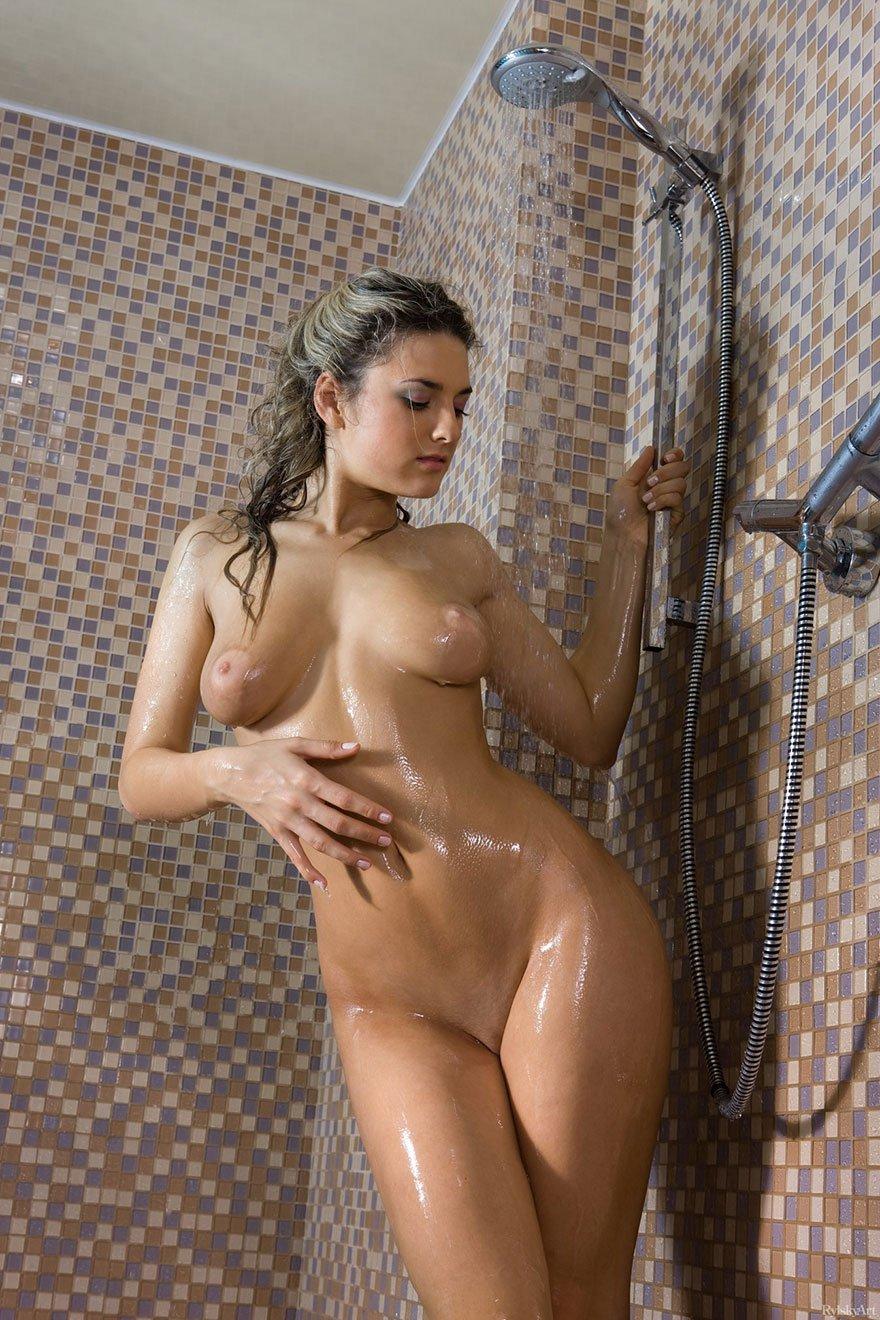 Нагая модель с роскошными грудями под душем