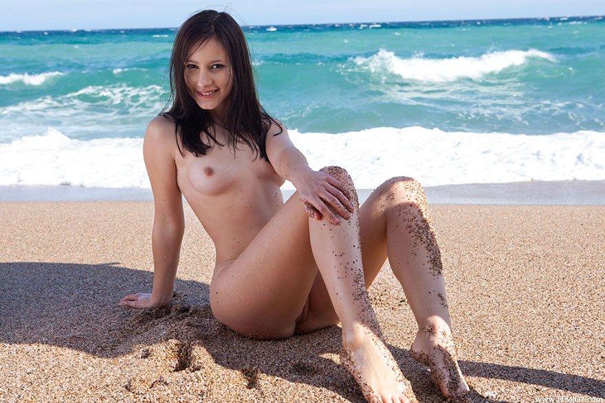 Фото девушки с тонкой талией на берегу океана