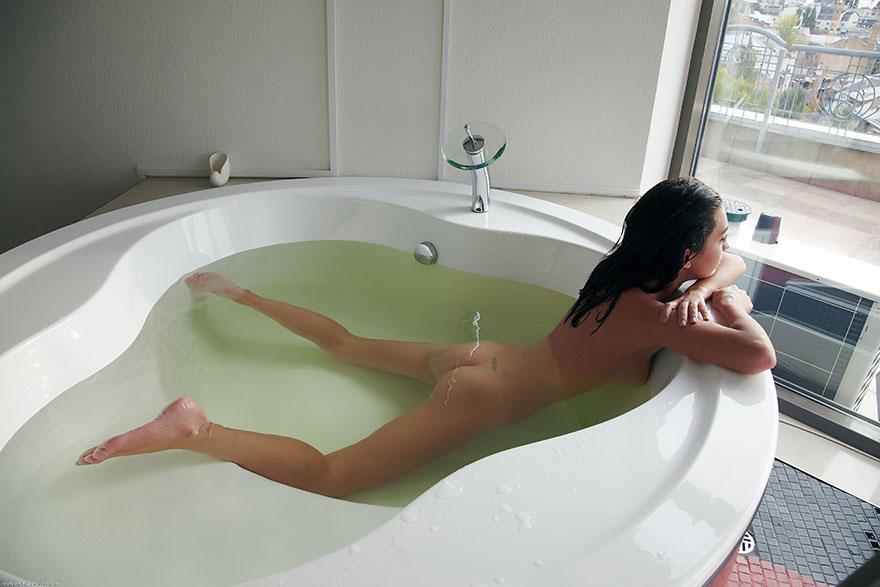 Фото стройной брюнетки в ванной