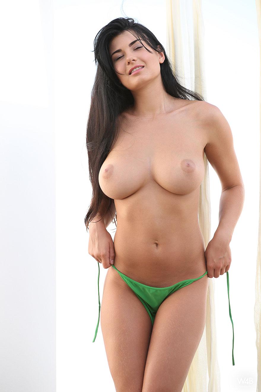Эротические фото брюнетки с большой грудью в зеленом купальнике