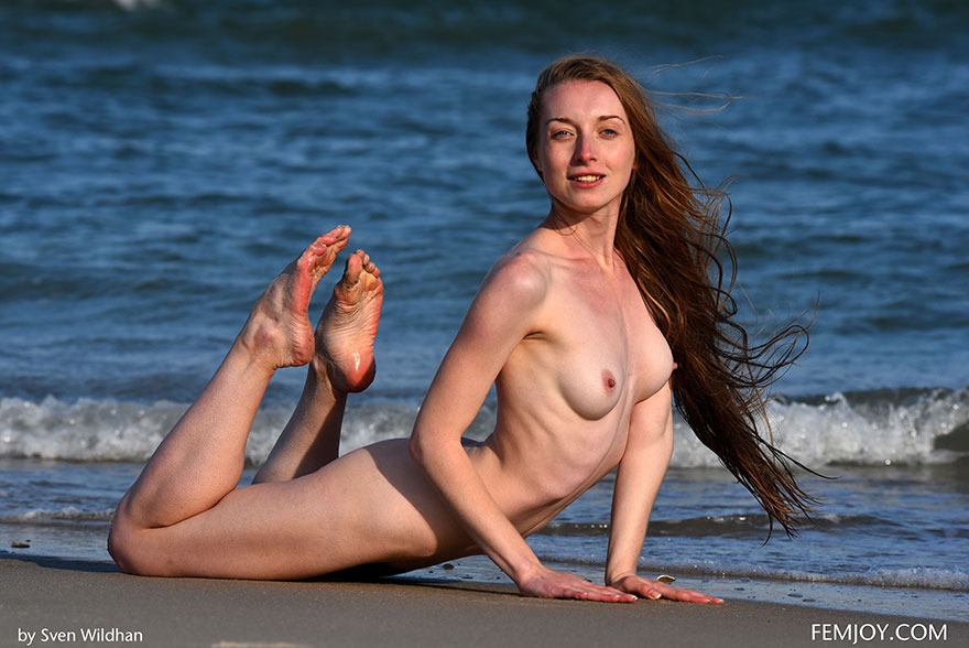 Худосочная девка с симпатичными мокрыми волосами в море секс фото