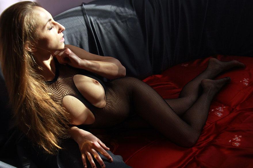 20-летняя барышня в сетке на голый торс