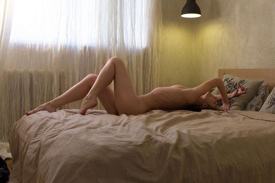 Фото девушки с тонкой талией в джинсовом комбинезоне