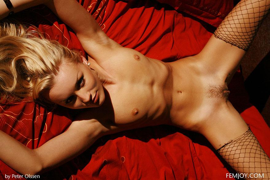 Сексапильная блондинка в чулках на красном покрывале - эро фото секс фото