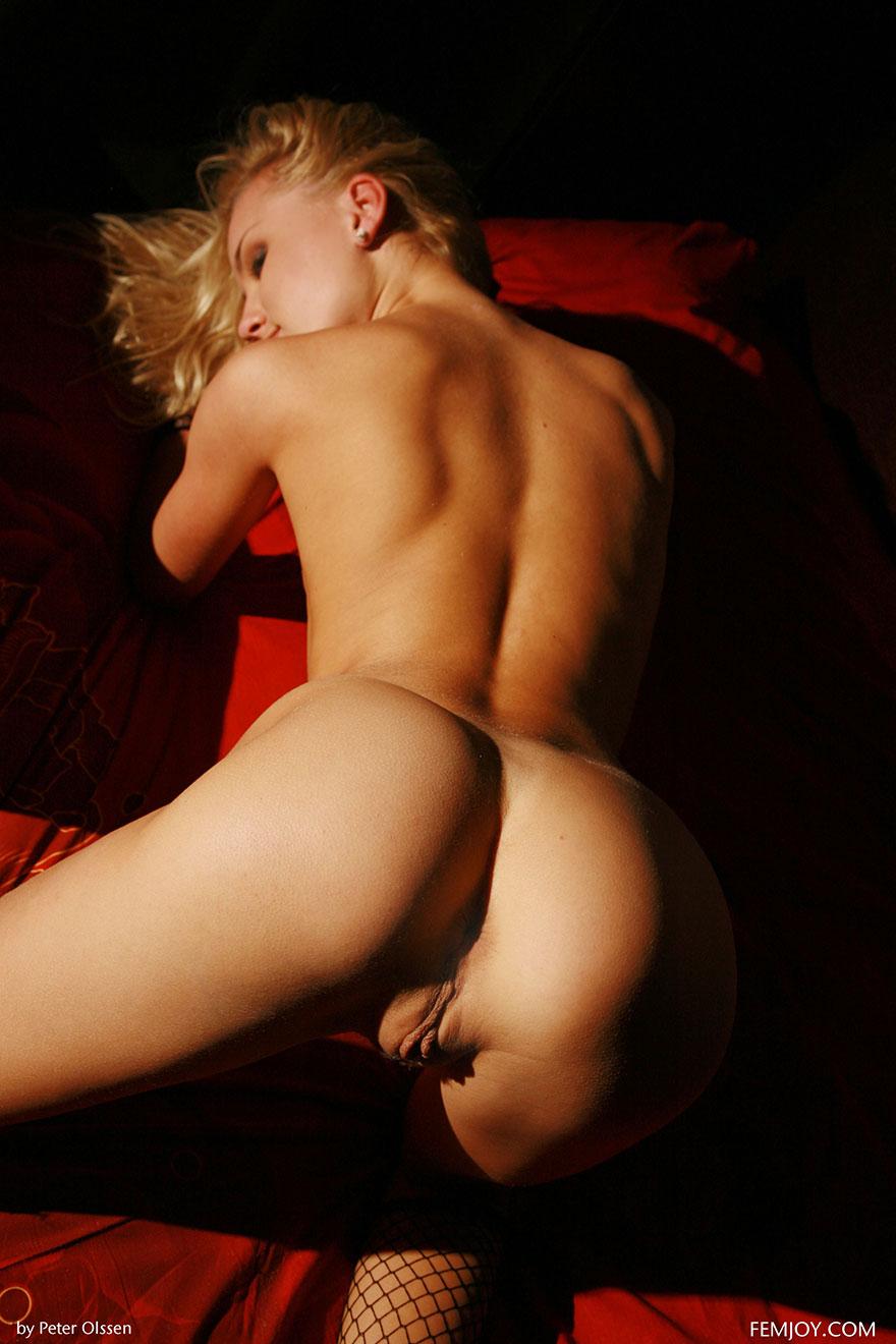 Фото эротика соблазнительная, девушка супер сексуально трясет задницей