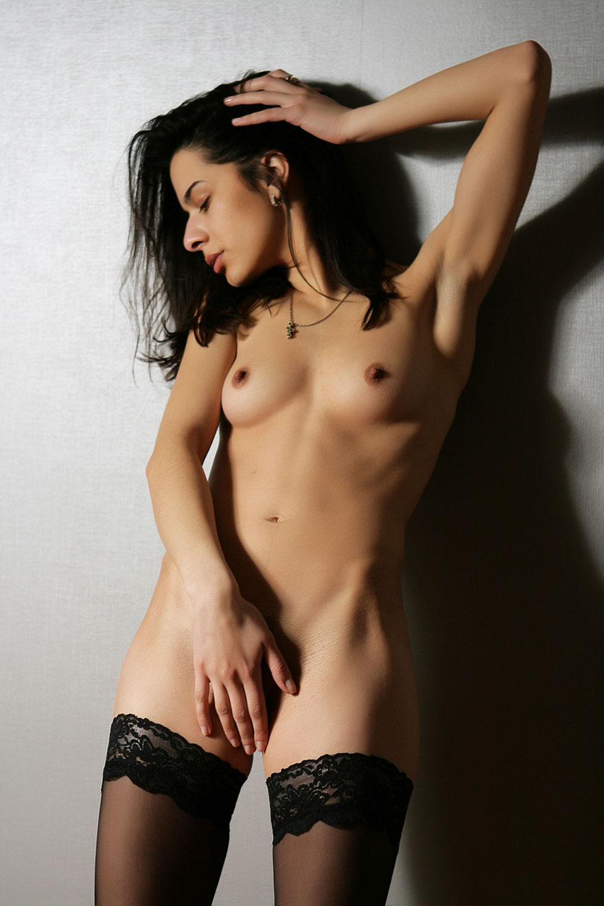 Возбужденная брюнетка обнажила грудью на камеру