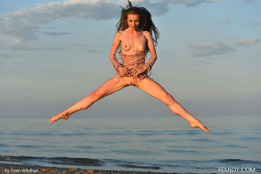 Великолепная порнушка тёлки в сетке на обнаженные буфера на море