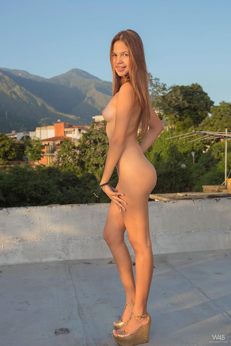 Фото молодой девушки с красивой попой на крыше