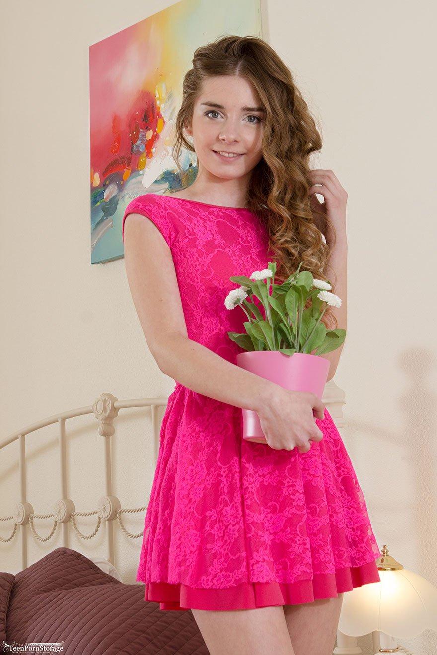 Фото девушка снимает платье